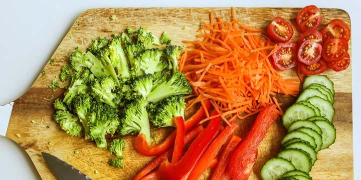 Pimentão vermelho e amarelho, cenouras e tomates são alimentos ricos em carotenoides. Photo by Polina Tankilevitch from Pexels.