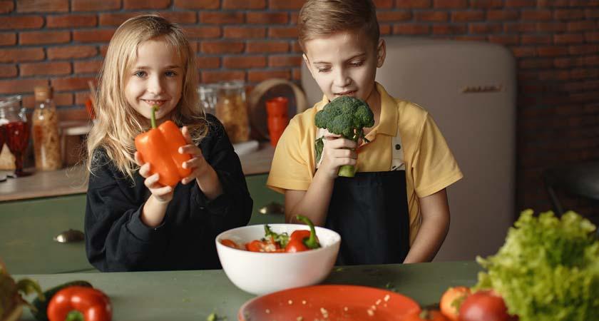 Crianças desfrutando de verduras. Photo by Gustavo Fring from Pexels.