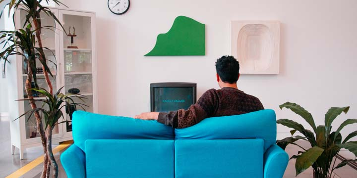 Querer assistir TV sozinho pode ser um sinal de que o estresse está afetando sua vida social.
