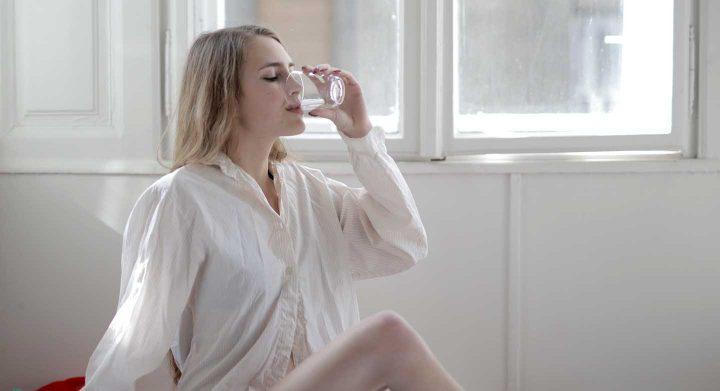 Beba 2 xícaras de água logo depois de acordar.