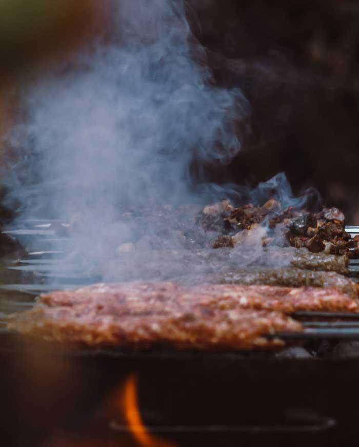 Carne grelhada é fonte de radicais livres - Photo by samer daboul from Pexels