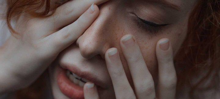Uma mulher ansiosa -  Photo by Ana Bregantin from Pexels