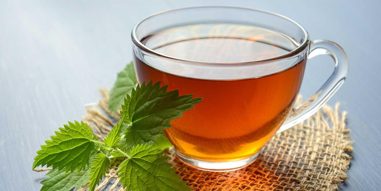 Um chá relaxante pode ajudar a adormecer. Photo by Mareefe from Pexels