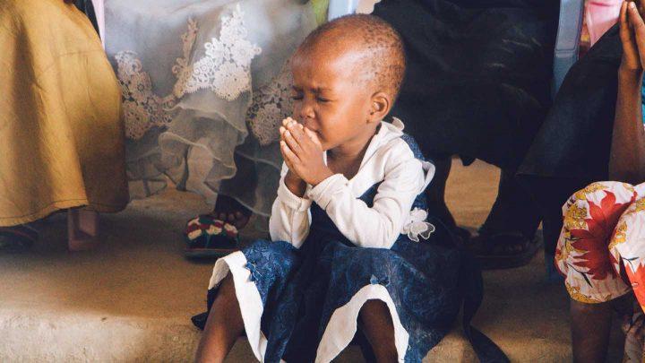 Uma criança orando - Photo by Binti Malu from Pexels