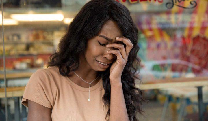 Uma mulher com burnout chorando