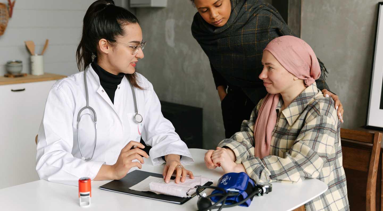 Médico fazendo um anamnese da pessoa para tratar em uma forma completa - Photo by Thirdman from Pexels