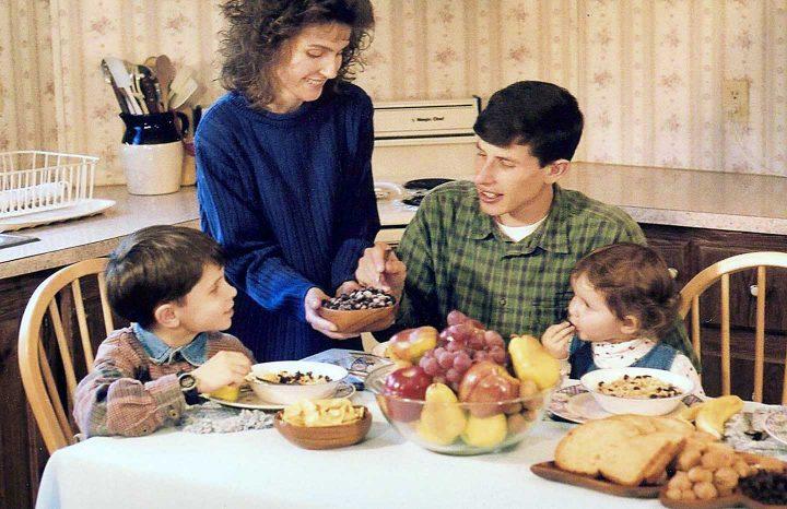 Uma família comendo juntos