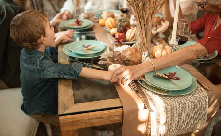 Uma família agradecendo para a comida - Photo by RODNAE Productions from Pexels