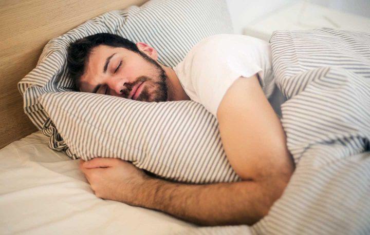 Um homem dormindo -  Photo by Andrea Piacquadio from Pexels