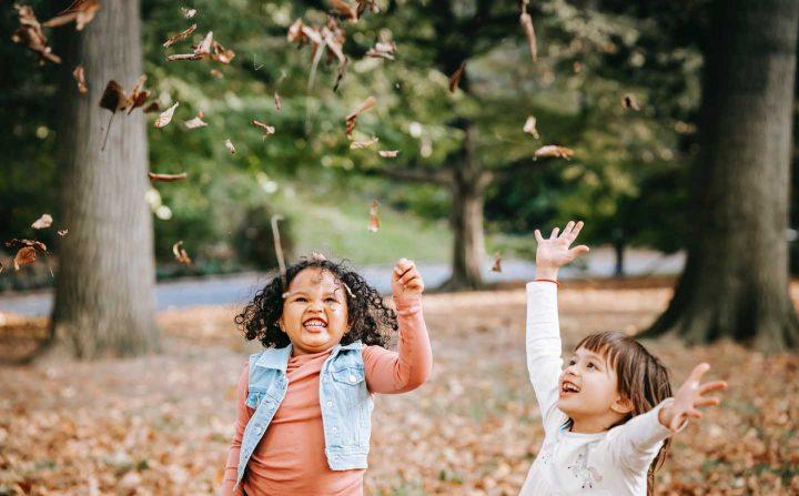 Crianças brincando com folhas ao ar livre - Photo by Charles Parker from Pexels